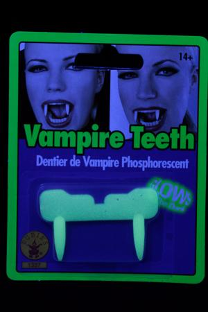 Dentier de vampire phosphorescent